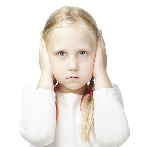 Una pequeña niña que cubren sus oídos